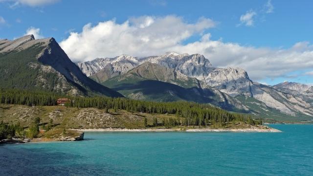 5-Aurum-Lodge-overlooking-Abraham-Lake.jpg