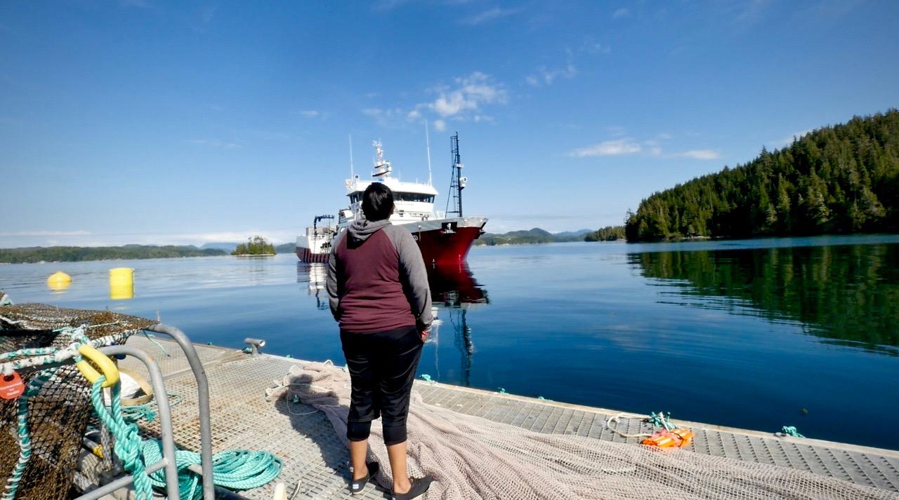Dzawada'enuxw Sherri Moon confront Marine Harvest Vessel