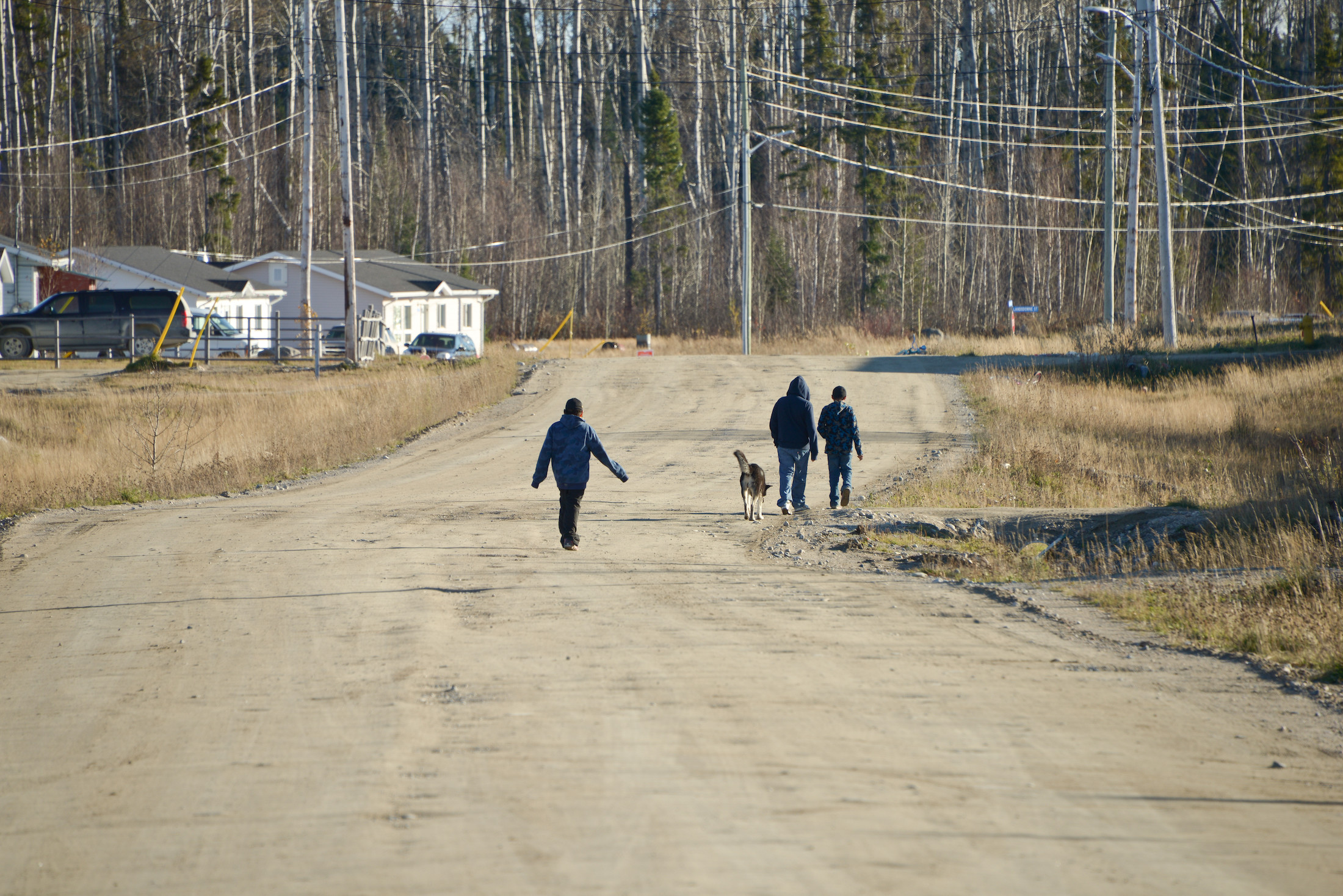 Youths walk along the road in Neskantaga First Nation, a remote community in Northern Ontario which has been on a boil water advisory since 1995. Photo: Samer Muscati / Human Rights Watch